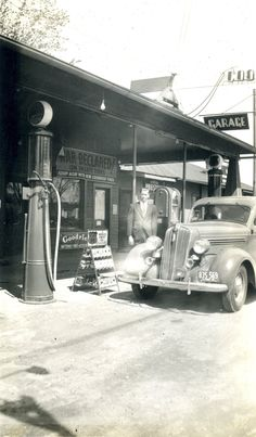 Vintage Cars War Declared on Unsafe Tires Old General Stores, Old Country Stores, Drive In, Old Gas Pumps, Vintage Gas Pumps, Pompe A Essence, Gas Service, Old Garage, Old Gas Stations