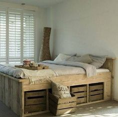 Building Euro pallets bed - inexpensive DIY furniture in the bedroom .- Europaletten Bett bauen – preisgünstige DIY-Möbel im Schlafzimmer Build Europallets Bed – Affordable DIY Furniture in the Bedroom - Pallett Bed, Wooden Pallet Beds, Pallet Bed Frames, Diy Pallet Bed, Diy Bed Frame, Pallet Ideas, Wooden Crates, Pallet Wood, Diy Wood