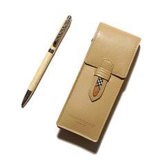 バーバリーロンドンよりレザーのペンケースとボールペンのセットをご紹介します。 同系色でスッキリとまとまりのあるアイテムになっていますよ。 同色の手帳もあるのでお揃いで持つとオシャレです。 詳細はこちら>http://bbl-shop.com/?pid=81023581