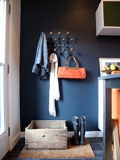 deep blue wall color in entryway Design Entrée, House Design, Entry Hallway, Entryway, Ideas Recibidor, Pollo Tropical, Estilo Interior, Decoration Entree, Navy Walls