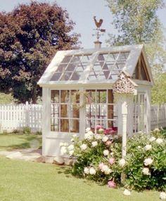 Bekijk de foto van Jaazeetie met als titel Mooi tuinhuisje gemaakt van oude ramen/kozijnen. en andere inspirerende plaatjes op Welke.nl.