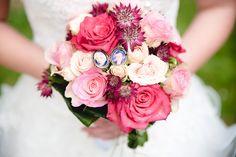 Liebevoll zusammengestellt und wundervolles Accessoire der Braut. Es wird immer viel Aufwand und Energie in die Zusammenstellung des Straußes gesteckt, da wäre es zu Schade wenigstens nicht für eine Minute den schönen Blumen die volle Aufmerksamkeit zu widmen.  #Hochzeit #Wedding #Brautstrauß