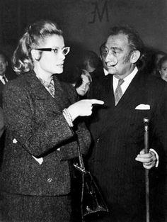 Salvador Dali en novembre 1967 : Visite de la princesse Grace Kelly à l'exposition Dali à l'hôtel Meurice' à l'occasion de son hommage au peintre Meissonnier par robert cohen (depuis Paris et Dali)
