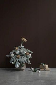 HO_MEYER-LAVIGNE_JULEKUGLE_ù8_MILJù8 Tin, Christmas Tree, Holiday Decor, Blog, Home Decor, Teal Christmas Tree, Decoration Home, Room Decor, Pewter
