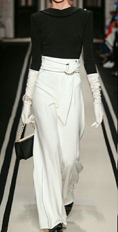 Classy Winter Outfit Ideas: Chic Wide Leg Pants with Black Coordinates and White Gloves Couture Fashion, Runway Fashion, Womens Fashion, Fashion Trends, Fashion 2017, White Fashion, Look Fashion, Fashion Design, Fashion Pants
