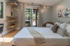 en Atlanta, US. Welcome! This 185 square foot gem sits in our Cabbagetown backyard. A perfect retreat in the middle of Intown Atlanta. Tiny Urban Cottage may be small, but it will be memorable, with lovely finishes, a comfortable Queen bed with Casper mattress, b...