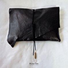 ブラックの山羊革(ゴートスキン)のクラッチバッグ。 スエード調の紐でくるむタイプです。紐にはゴールド系のチタニウムクオーツとクリスタル水晶がついています。...