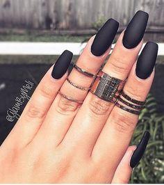 Une manucure noire mat