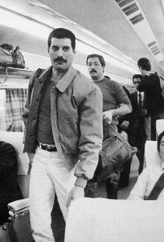 Freddie Mercury of Queen-- i would kill to be on that plane lol Arte Game Of Thrones, King Of Queens, Roger Taylor, We Will Rock You, Somebody To Love, Queen Freddie Mercury, Queen Band, Brian May, Big Photo
