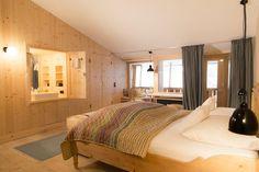 Altholzböden, Leinenvorhänge, klassische Steinzeugfliesen: 8 großzügige Almzimmer in der Alten Tann sind zeitlos gediegen ausgestattet. Jetzt buchen:
