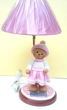Lampara osita rosa modelada en porcelana fria.