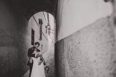 Session Wedding in Granada. Fotografias de Boda en Granada, en el Paseo de los Tristes. #truelove #love #couple #wedding #granada #weddingcouple #espaldas #bride #novia #boda #novios #weddingday #groom #weddingphoto #weddingphotographer #weddingphotography #weddingdress #vestidodenovia #bridal #marriage #casamento #weddinginspiration #inlove #lovestory