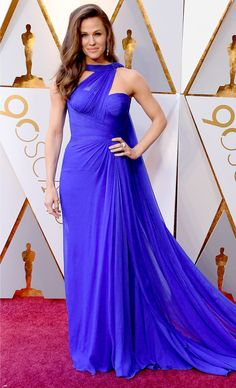 Jennifer Garner killin' it at the Academy Awards, 2018 and bringing old Hollywood back in this stunning Grecian royal blue gown from Atelier Versace. #fashion #jennifergarner #versace #oldhollywood #2018