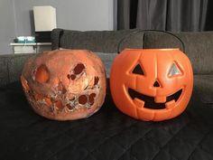 Melt away plastic pumpkins for creepy Halloween decoration! Halloween Forum, Halloween Kostüm, Halloween Projects, Holidays Halloween, Scary Halloween Pumpkins, Halloween Buckets, Halloween Tricks, Halloween Outside, Outdoor Halloween