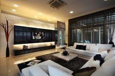 Wohnwand mit effektvoller Beleuchtung-schwarz weiße Sitzgarnitur