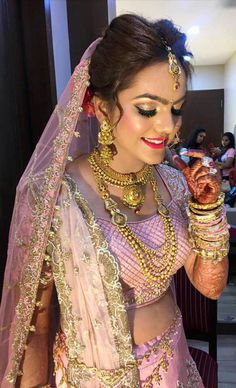 Brides think of having the most appropriate wedding ceremony, however for this they need the best bridal dress, with the bridesmaid's dresses complimenting the wedding brides dress. Here are a number of ideas on wedding dresses. Indian Bridal Makeup, Indian Bridal Fashion, Indian Bridal Wear, Indian Wear, Desi Wedding, Wedding Bride, Wedding Ceremony, Saris, Indiana