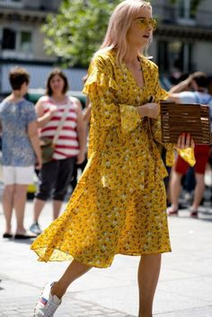 Street style photographer Robert Spangle – of website Thousand Yard Style – snapped the most stylish women walking around Paris Men's Fashion Week Fashion Week, Fashion Outfits, Fashion Trends, Street Style Summer, Look Chic, Mode Inspiration, Mode Style, Skirt Outfits, Lady Gaga