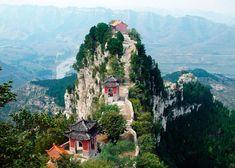 """Taishan (泰山, Tài Shān), la montaña Tai, está situada en la ciudad de Tai´an (泰安, Tài'ān), provincia de Shandong, sobre la llanura de Qilu (齐鲁). La cumbre, denominada Emperador de Jade (玉皇顶, Yùhuáng Dǐng), es la más alta de Taishan, con 1.545 metros de altura. Taishan, por su presencia y majestuosidad, está considerada """"la primera de las Cinco Grandes Montañas"""" y """"la mejor montaña del mundo"""". #taishan #china #revistainstitutoconfucio…"""