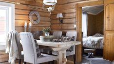 Hytteliv og seterdrift - Hytteliv Scandinavian Home, Home, Cabins And Cottages, Interior, Cabin Decor, Rustic Dining Table, Home N Decor, Timber Walls, Home Decor