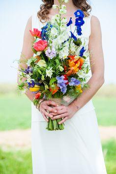 Super kleurrijk bruidsboeket met mooie veldbloemen  #bruidsboeket #bruidsfotografie trouw trendy