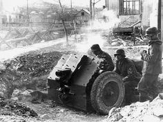 German guns/ artillery/ self-prop arty Military Figures, Military Weapons, Germany Ww2, Street Fights, Big Guns, German Army, War Machine, World War Ii, Military Vehicles