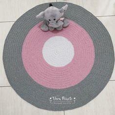 Tapete de crochê feito à mão com muito carinho e capricho especialmente para o quartinho do seu bebê! Visite nosso site e conheça todos…