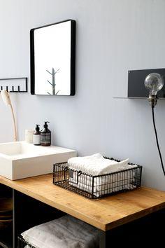Bij het stylen van een huis, wordt de badkamer nogal eens overgeslagen. Toegegeven, witte tegels zijn niet erg inspirerend, maar met een beetje moeite is zelfs van de minst gezellige badkamer een gezellig plekje te maken.   Inspiratie opdoen? Check de link in bio!  #loods5inhuis #badkamer #bathroominspiration #Loods5 #wooninspiratie #wonen