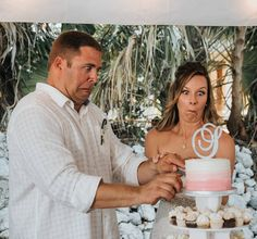 The wedding cake almost falling over and catching the bride and grooms reactions....PRICELESS  #funnyweddingphotos #destinationweddingphotographer #priceless