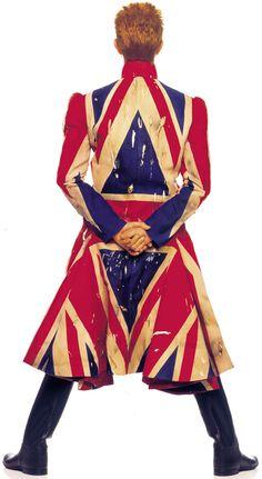 David Bowie Photo by Ockenfels, coat by McQueen  日本だったら日章旗だったら日の丸だったら右翼か族の特攻服?(^.^;  でもデビッド・ボウイが着たら違うのかなぁ(^m^;)