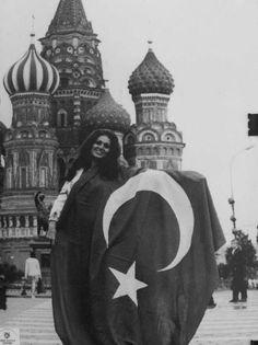 Türkan Şoray in Russia. Turkish Pop, Turkish Coffee, Foto Blog, Film Archive, Cinema Film, Historical Photos, Blue Flowers, Old Photos, Pop Culture