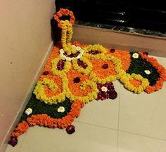 DIY flower rangoli / floor decoration using flower petals & leaves Simple Rangoli Designs Images, Rangoli Designs Flower, Rangoli Patterns, Rangoli Ideas, Rangoli Designs Diwali, Flower Rangoli, Diwali Rangoli, Easy Rangoli, Flower Designs