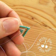 Tutoriel : Tissage brick stitch - Level 1 - Alice Balice - couture et DIY loisirs créatifs Diy Seed Bead Earrings, Beaded Earrings, Earrings Handmade, Seed Beads, Beading Patterns Free, Macrame Patterns, Beading Tutorials, Earring Tutorial, Geometric Designs