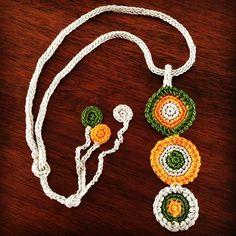 Collar hecho con Icord y círculos de colores tejidos a crochet. Una idea para hacer bisutería toda tejida en hilo de algodón!