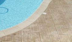 Béton imprimé bois déco au bord de la piscine