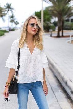 Shop the look: Weiße Kurzarmbluse aus Spitze, Blaue Enge Jeans, Schwarze Leder Umhängetasche für Damen