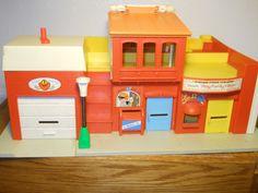 Mis hermanos y yo jugamos por horas con un pueblo como este de Fisher Price en los años 70-80. Bomberos, correo, teatro y restaurante.