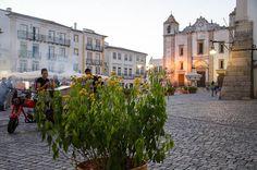 A Igreja de Santo Antão de Évora guarda a Praça do Giraldo, bem perto da fonte. Visite a igreja. A tranquilidade alentejana não existe só na paisagem.