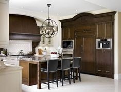 Huge collection of over 100 traditional kitchen designs and ideas. This is the ultimate traditional kitchen photo gallery. Top Interior Designers, Luxury Interior Design, White Trim, Arsenal, Stained Kitchen Cabinets, Decor Scandinavian, Kitchen Island With Seating, Boho Home, Décor Boho