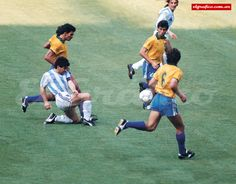 1990. El duelo: Brasil 0 - Argentina 1 Soccer Pro, Kids Soccer, Football Players, Nike Football, Football Jerseys, Diego Armando, Football Images, Sports Art, Fifa World Cup