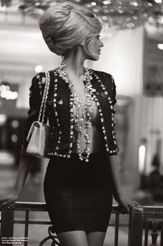 I think it's the BIG Hair mixed with the Chanel necklace that I like. Look Fashion, High Fashion, Womens Fashion, Classic Fashion, Fashion Fall, Josie Loves, Mode Chanel, Chanel Style, Chanel Chanel