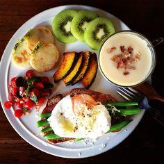 Today's breakfast. Japanese Leek Soup. 冬だからポタージュ続き、今日は長ネギのポタージュ。長ネギって英語で何て言うんだろう、Leekで日本の長ネギと同じなのかなぁ。パンにはベーコン、インゲン、卵、チーズ。 - @keiyamazaki- #webstagram