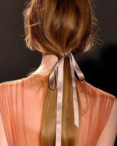 Detalhe mega charmoso e totalmente fácil de copiar: amarre o rabo de cavalo com uma fita de cetim 🎀 #ddbinspira ✨✨✨ {for an extra charming touch, use a satin ribbon to tie your ponytail}