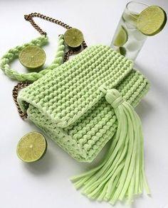 Bolso  tejido a trapillo pequeño verde limón con cadena y botón magnético con lindos accesorios.  by @katerinka_kasyanova  #handmade #diy #cosy #knit #knitting #trapillo #tshirtyarn #crochet #stitch #knittersofinstagram #yarn #crocheting #instacrochet #tejer #ganchillo #yarnaddict #handcraft #knitwear #shopsmall  #crochetersofinstagram #Labrigo