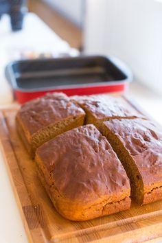 Godaste Sirapslimpan i långpanna - 56kilo.se - En mat & Inspirationsblogg Our Daily Bread, Fika, Lchf, Bread Recipes, Banana Bread, Nom Nom, Breakfast Recipes, Steak, Bakery