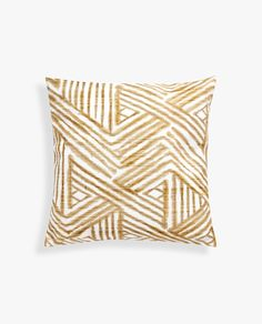 Stay up to date with cushions and decorative pillows from the new Zara Home collection. Floral, gray, white, golden or blue throw pillows and cushion covers. Printed Cushions, Decorative Cushions, Blue Throw Pillows, Throw Pillow Covers, Accent Pillows, Zara Home Collection, Tribal Patterns, Line Design, Home Textile