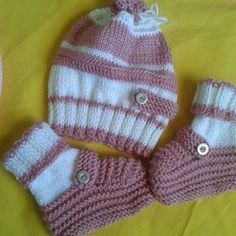 Booties and Baby Cap - Super knitting Knitted Booties, Baby Booties, Knitted Hats, Knit Baby Dress, Crochet Baby Clothes, Knitting Machine Patterns, Crochet Abbreviations, Baby Bonnets, Baby Slippers