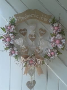 Guirlanda mandamentos do lar. Fabric Wreath, Tulle Wreath, Floral Wreath, Felt Wall Hanging, Family Tree Wall, Decoupage Vintage, Creation Couture, Diy Curtains, Spring Crafts