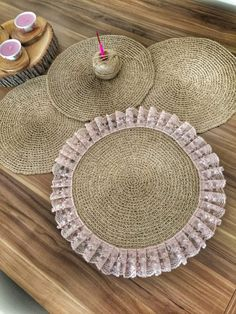 Portavasos lino y crochet Handmade Crafts, Diy And Crafts, Flower Bouqet, Crochet Projects, Sewing Projects, Burlap Crafts, Deco Table, Decoration Table, Crochet Doilies