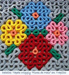 """Detalhe do Tapete Quadrado Wiggly """"Flores de Maio"""" em Trapilho (Wiggly Crochet Rag Rug). Mais fotos, receita e diagramas no blog (More photos, tutorial and graphs on the blog): http://helenacc.blogspot.com.br/2013/01/tapete-quadrado-wiggly-flores-de-maio.html"""