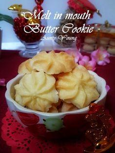 继 杏仁酥 之后,这又是一款材料简单,做法容易的年饼。   After the Almond Cookies , this is second on the list of easy-to-make CNY cookies.
